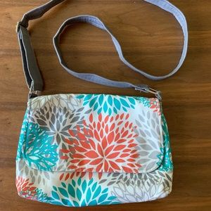 Hydrangea print purse w adjustable strap.